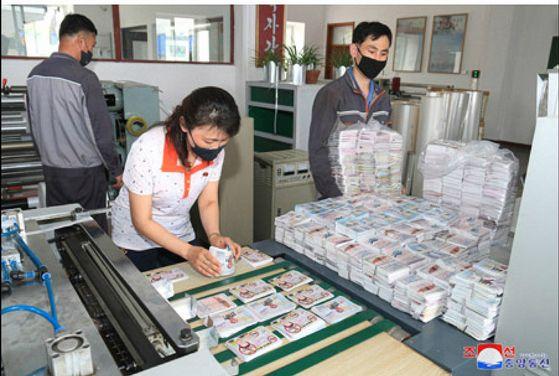 북한이 대규모 대남삐라(전단) 살포를 위한 준비를 본격적으로 추진 중이라고 조선중앙통신이 지난 20일 보도했다. 공개된 삐라 인쇄 모습. 조선중앙통신 홈페이지 캡처