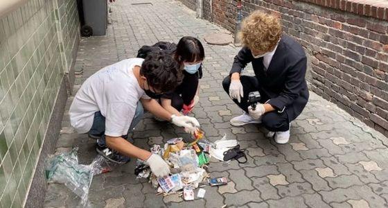 환경운동연합 회원들이 서울 영등포역 주변에서 버려진 쓰레기를 줍는 행사를 진행했다. 환경운동연합