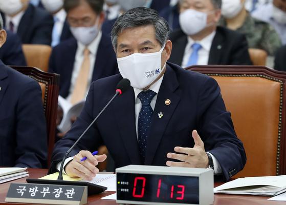 정경두 국방부 장관이 22일 국회 국방위원회 전체회의에서 의원 질의에 답하고 있다. [뉴스1]
