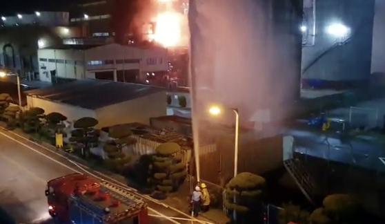 22일 오후 전남 여수시 여수산단 내 삼남석유화학에서 폭발사고가 나 불길이 치솟고 있다. 사진은 초기진화 작업을 펼치는 모습. 연합뉴스
