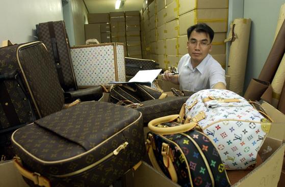 경찰에 적발된 가짜 루이비퉁 가방과 가죽 원단들. [중앙포토]