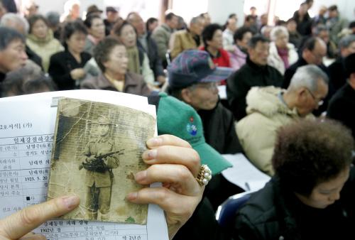 지난 2005년 설치됐던 일제강점하 강제동원 피해 진상규명위원회에서 강제동원 피해 접수가 시작되자 피해 당사자 및 유족들이 앉아 순서를 기다리고 있는 모습. 최승식 기자