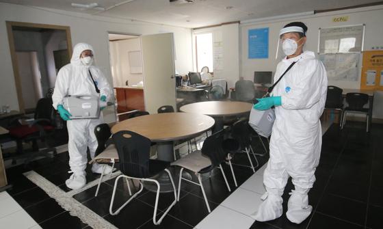 대전지역 신종 코로나바이러스 감염증(코로나19)이 확산하는 가운데 81번 확진자가 대전 중구 오류동 다단계 판매업체 사무실을 방문한 이력이 확인돼 방역 관계자가 해당 사무실을 방역하고 있다. 뉴스1