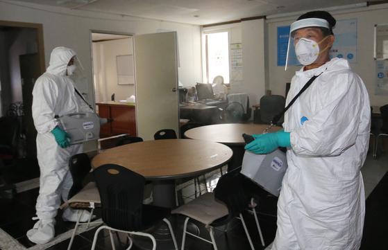 21일 오후 대전시 중구 방역 관계자가 해당 사무실을 방역하고 있다. 뉴스1