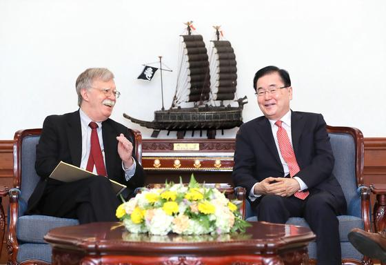 지난해 7월 24일 정의용 청와대 국가안보실장(오른쪽)과 존 볼턴 전 미국 백악관 국가안보보좌관이 청와대 접견실에서 대화하고 있다. [청와대사진기자단