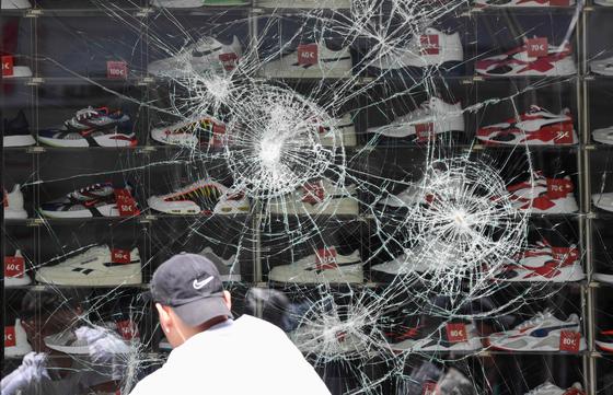 21일 밤 독일 슈투트가르트 도심에서 일어난 시민 폭동으로 피해를 입은 상점.[AFP=연합뉴스]