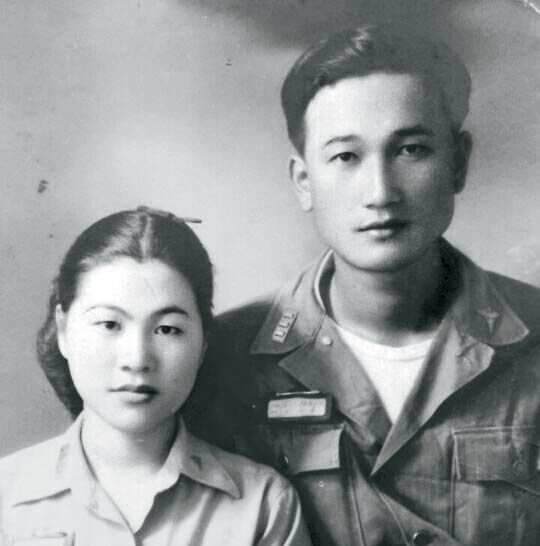 고 박영하 을지재단 설립자(오른쪽)와 전증희 명예회장. 6·25전쟁 당시 군의관과 간호장교로 만나 군복을 입고 찍은 결혼사진.