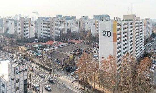 서울 마포구 성산시영은 정밀안전진단을 통과해 재건축 본궤도에 올랐지만 지난 6.17대책의 분양자격 강화 적용을 받을 것으로 예상된다. 2년간 거주하지 않으면 입주권을 받지 못하는데 임대주택으로 등록해 주인이 들어가 살 수 없는 집이 500여가구다.