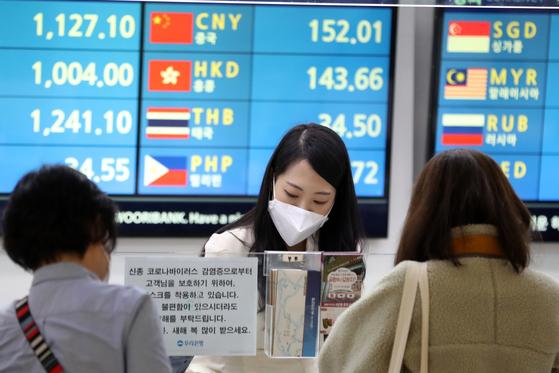 신종 코로나바이러스 감염증 확진자가 아시아를 넘어 유럽, 미주 등 전 세계로 확산되고 있는 가운데 인천국제공항의 한 환전소에서 직원이 마스크를 쓰고 근무하고 있다.〈br〉〈br〉[뉴스1]
