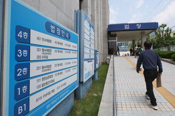 전두환 전 대통령의 사자 명예훼손 재판이 진행된 22일 오후 광주 동구 광주지법에서 시민이 법정동으로 들어가고 있다. 연합뉴스