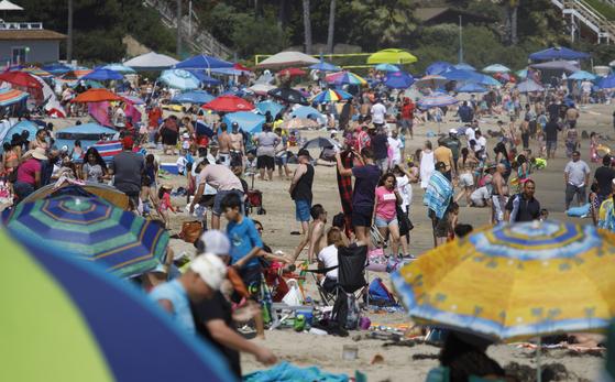 5월 24일 미국 캘리포니아 뉴포트 해변에서 많은 사람이 모여 시간을 보내고 있다. [EPA=연합뉴스]