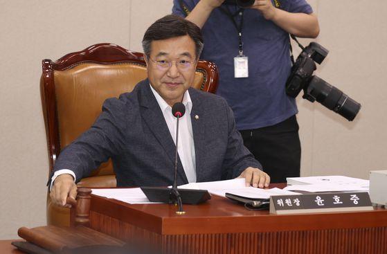 윤호중 위원장이 18일 오전 국회에서 열린 법제사법위원회 전체회의에서 의사봉을 두드리고 있다. 임현동 기자
