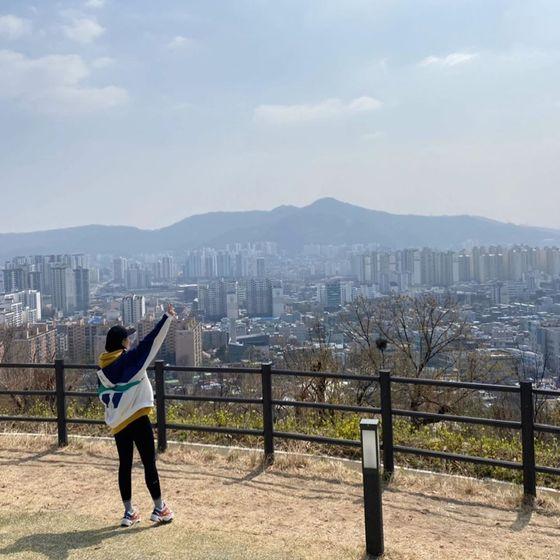 이른바 '연대 뒷산'으로 통하는 서대문 안산. 20~30대 젊은층도 즐겨 찾는 하이킹 코스다. [사진 인스타그램 @hjin1124]