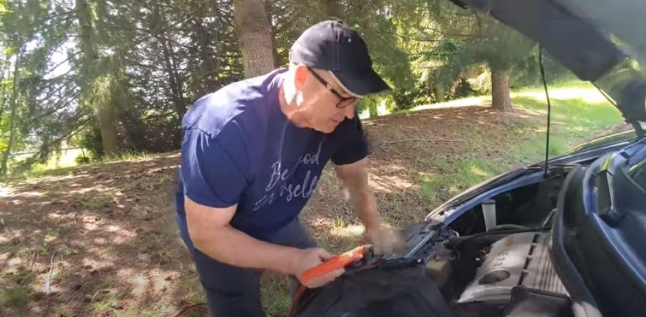 그는 자동차 정비하는 법도 설명한다. [유튜브]