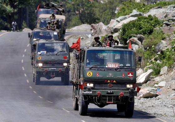 인도군이 지난 18일 히말라야 라다크로 향하고 있다. [로이터=연합뉴스]