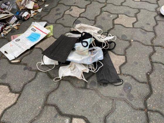 환경운동연합 회원들이 버려진 마스크를 모아 놓은 모습. 환경운동연합