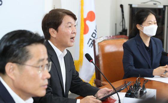 안철수 국민의당 대표(가운데)가 22일 국회에서 열린 최고위원회의에 참석해 발언하고 있다. 오종택 기자