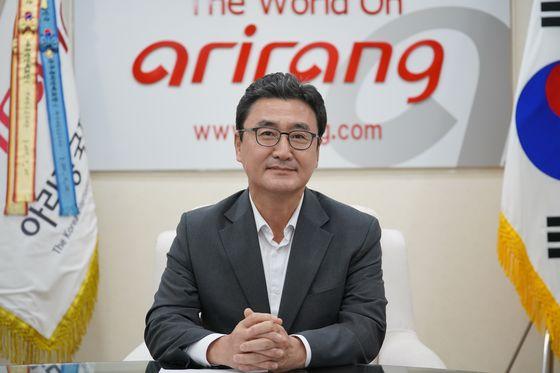 〈모와블루스카이 릴레이 캠페인에 참여하고 있는 아리랑국제방송 이승열 사장〉