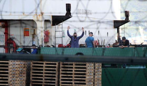 코로나19 확진자가 무더기 나온 러시아 선박 아이스스트림호가 23일 부산 사하구 감천부두에 정박중이다.송봉근 기자