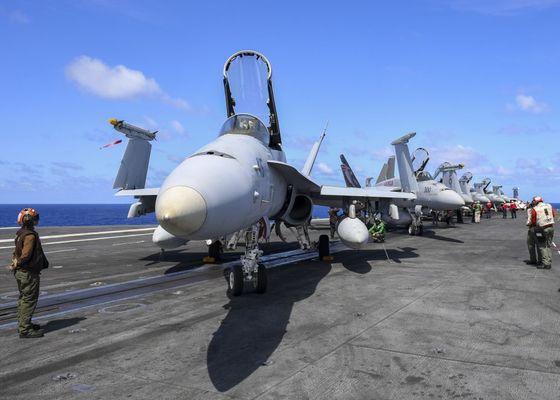 니미츠함의 갑판에서 F-18 수퍼호넷 전투기가 대기하고 있다. 니미츠함은 필리핀해에서 시어도어 루스벨트함과 합동 작전을 벌이고 있다. [미 해군 제공]