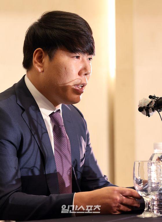 국내 복귀를 타진 중인 전 메이저리거 강정호가 23일 오후 서울 상암동의 한 호텔에서 기자회견을 가졌다. 강정호가 기자회견에서 취재진의 질문에 답하고 있다.