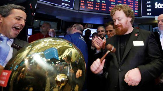 아서 버그먼 패스틀리(오른쪽) 최고경영자(CEO)이 지난해 5월 뉴욕증권거래소 상장 첫 거래일에 매매 시작을 알리는 종을 치고 있다.