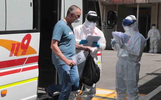 코로나 혹진판정을 받은 러시아 선원들이 23일 오후 부산 연제구 부산의료원 음압병실로 들어가고 있다.송봉근 기자