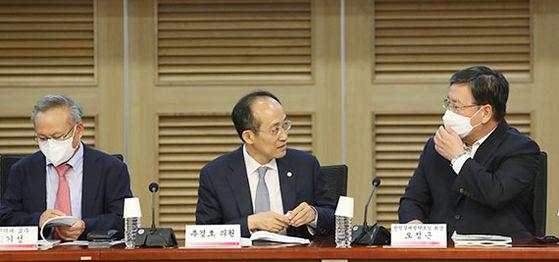 추경호 미래통합당 의원(가운데)이 22일 '포스트 코로나 시대 한국 경제정책 기조의 올바른 방향' 토론회에서 오정근 선진경제전략포럼 회장(오른쪽) 등 참석자들과 대화하고 있다. [뉴시스]