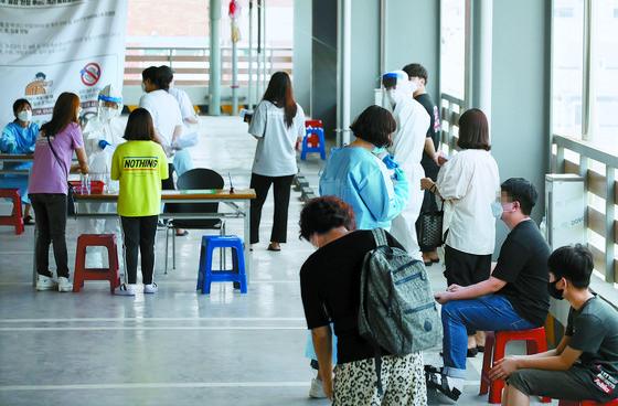 22일 광주 북구보건소에서 시민들이 코로나19 검사를 받기 위해 대기하고 있다. [연합뉴스]