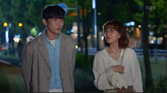 KBS2 주말극 '한 번 다녀왔습니다'. 전 사돈 사이인 다희(이초희ㆍ오른쪽)ㆍ재석(이상이) 커플의 사랑이 로맨틱 코미디처럼 흐르며 인기를 끌고 있다 [방송캡처]