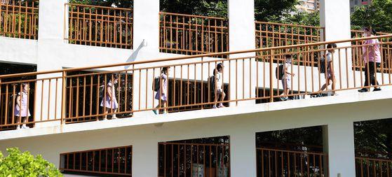 코로나19 사태로 지난 2월 말 휴원에 들어갔던 대구지역 어린이집이 넉 달만인 22일 정상 등원을 시작했다. 이날 대구의 한 어린이집에서 아이들이 거리를 두고 교실로 향하고 있다. [연합뉴스]