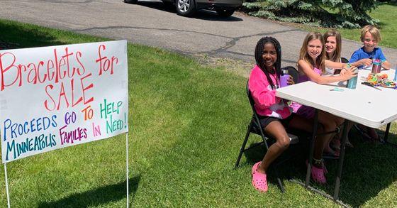 조지플로이드 사망 사건이 발생한 미 미니애폴리스에 기부하기 위해 '우정 팔찌'를 만들어 판매한 9살 아이들. 맨 왼쪽이 처음 아이디어를 제안한 캠린 존슨. [캠린 존슨 아버지 론 존슨 트위터 @3RonJohnson 캡처]