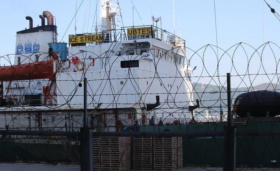 코로나19 확진자가 무더기로 나온 러시아 선박 아이스스트림호가 23일 부산 사하구 감천부두에 정박중이다. 송봉근 기자