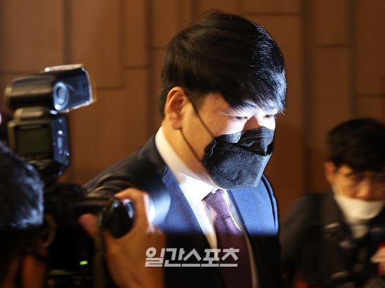 국내 복귀를 타진 중인 전 메이저리거 강정호가 23일 오후 서울 상암동의 한 호텔에서 기자회견을 가졌다. 강정호가 기자회견장을 마치고 퇴장하고 있다.