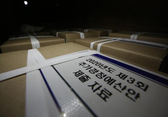 서울 여의도 국회 의안과 앞에 쌓여 있는 3차 추가경정예산(추경)안 관련 자료들. 뉴스1