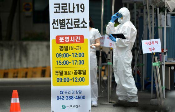 신종 코로나 바이러스 감염증(코로나19) 확진자가 23일 대전에서 집단 발생하고 있는 가운데 방역당국이 비상에 걸렸다. 대전 서구보건소 코로나19 선별진료소에서 의료진들이 시민들을 상대로 검사를 하고 있다. 프리랜서 김성태