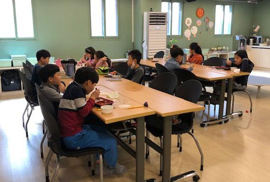우리동네키움센터 용산 4호점에서 아이들이 점심을 먹고 있다.   우리동네키움센터는 서울시와 자치구가 협력해 만든 초등학생 돌봄 시설로, 신종 코로나바이러스 감염증(코로나19)로 개학이 연기되면서 아이를 돌볼 곳을 찾지 못하는 맞벌이 부부 중 많은 이들이 우리동네키움센터의 긴급돌봄 서비스를 이용하고 있다고 우리동네키움센터가 전했다.  연합