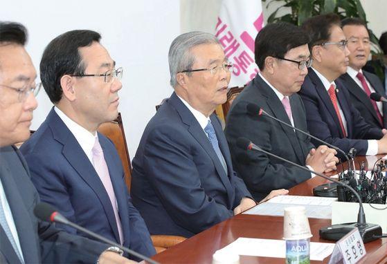 김종인 미래통합당 비대위원장 (왼쪽 셋째)이 6월 10일 국회에서 열린 비상대책위원장- 중진의원 회의에서 발언하고 있다. / 사진:오종택 기자