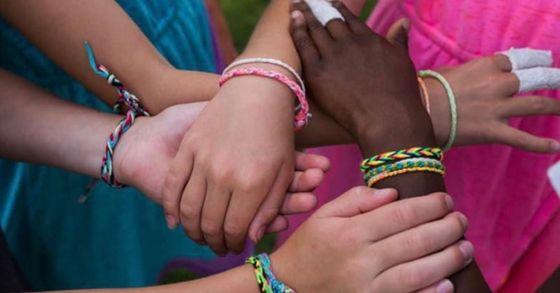 캠린 존슨과 친구 4명이 직접 만든 '우정팔찌'를 착용한 채 손목을 엇갈려 잡고있다. [캠린 존슨 아버지 론 존슨 트위터 @3RonJohnson 캡처]