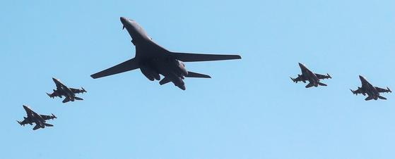 지난 2016년 9월 미군이 괌 앤더슨 공군기지에 배치된 B-1B 초음속 전략폭격기(별칭 '랜서') 2대를 한반도로 출격시키는 모습. 랜서는 한국 공군의 F-15K 전투기 등과 무력 시위를 했다. [사진공동취재단]