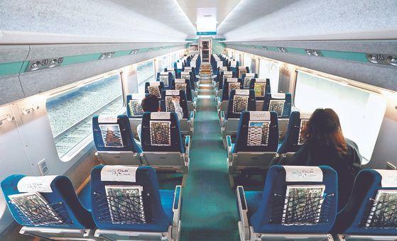 코로나 여파로 KTX 승객은 한때 지난해보다 80% 가까이 줄었다. [뉴시스]