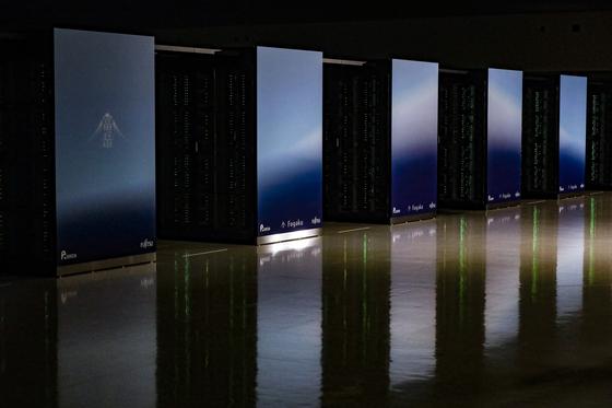 일본 효고현 고베시의 이화학연구소 계산과학연구센터에 설치된 슈퍼컴퓨터 '후가쿠'가 지난 22일 발표된 슈퍼컴 랭킹(톱 500)에서 1위를 차지했다. 후가쿠는 후지산의 별칭이다. 이를 상징하듯 후가쿠의 표면 디스플레이에 후지산의 모습이 컴퓨터 그래픽으로 연출되고 있다. [EPA=연합뉴스]