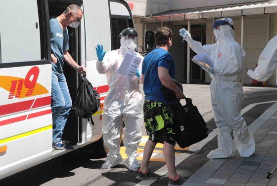 코로나19 확진 판정을 받은 러시아 선원들이 23일 오후 부산 연제구 부산의료원 음압병실로 들어가고 있다.송봉근 기자