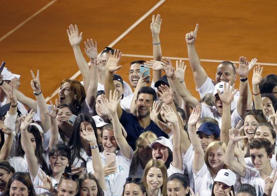 지난 14일 조코비치가 기획한 테니스 대회에서 선수들과 볼 키즈들이 마스크를 쓰지 않고 옆에 붙어서 사진을 찍고 있다. [로이터=연합뉴스]