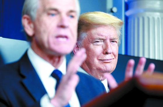 피터 나바로(왼쪽) 백악관 보좌관의 발언이 한때 세계 금융시장을 출렁이게 했다. 나바로 보좌관이 지난 4월 트럼프 대통령과 함께 코로나19 대응 방안을 설명하는 모습. [로이터=연합뉴스]