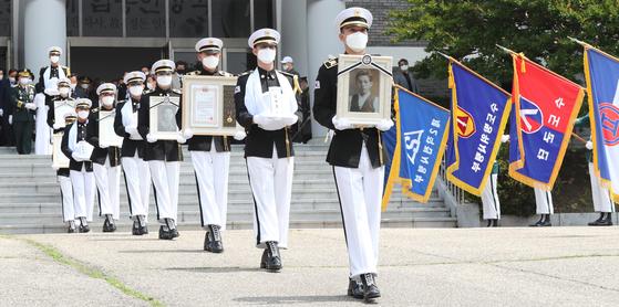 지난 19일 오전 국립 대전현충원에서 열린 6·25 전쟁 전사자 발굴 유해 합동 안장식에서 육군 의장대가 전사자의 영현을 묘역으로 봉송하고 있다. [뉴스1]