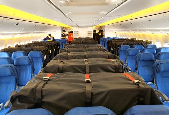 코로나19 사태로 승객이 감소한 대한항공이 객석에 '카고 시트백'을 장착해 화물을 운송하고 있다. 뉴스1