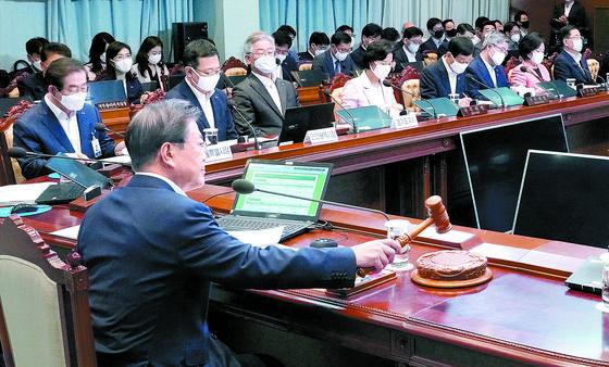 문재인 대통령이 23일 오전 청와대 여민관에서 열린 제32회 국무회의 및 수도권 방역 대책회의를 주재하고 있다. 청와대사진기자단