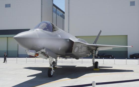 일본 자위대가 도입한 F-35A 스텔스 전투기로 미쓰비시 중공업이 라이선스 생산한 기종이다. 미국의 최신 무기에도 일본의 첨단 기술이 많이 적용돼 있다. 중국은 이런 일본의 기술을 빼내기 위해 끊임없이 시도하고 있다. [로이터=연합뉴스]