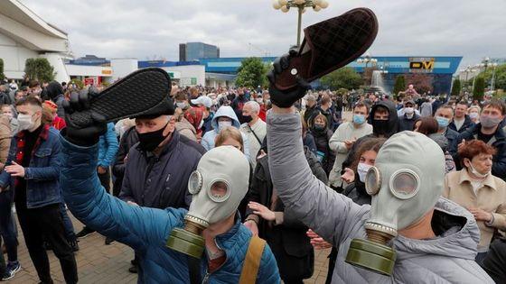 벨라루스 시민들이 현 대통령을 '바퀴벌레'에 비유하며 슬리퍼를 들고 시위에 나섰다. [트위터]